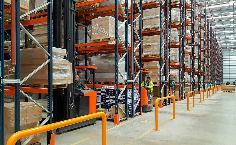Nuevo almacén de Dwell & DFS con racks selectivos para mobiliario y decoración