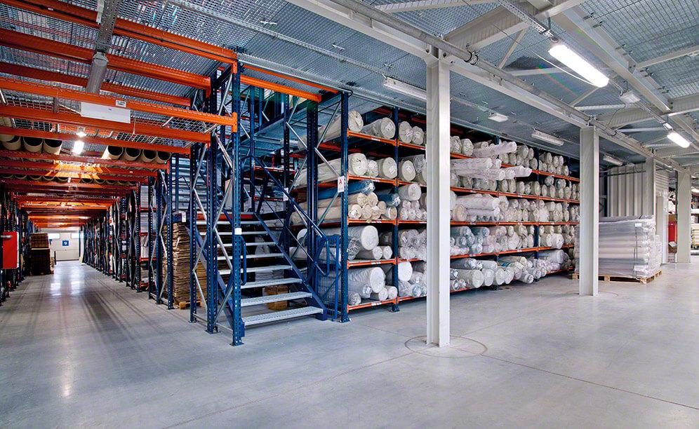 Mecalux ha suministrado todos los sistemas de almacenaje del nuevo almacén de Eurofirany: racks con pasarelas y racks cantilever para los artículos de gran longitud